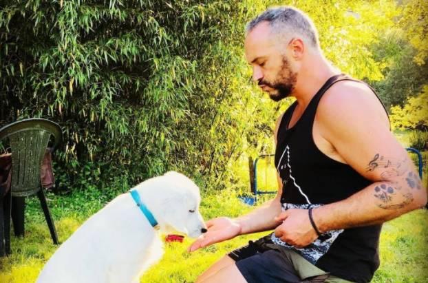 Jon Arraibi durante un entrenamiento con perros.